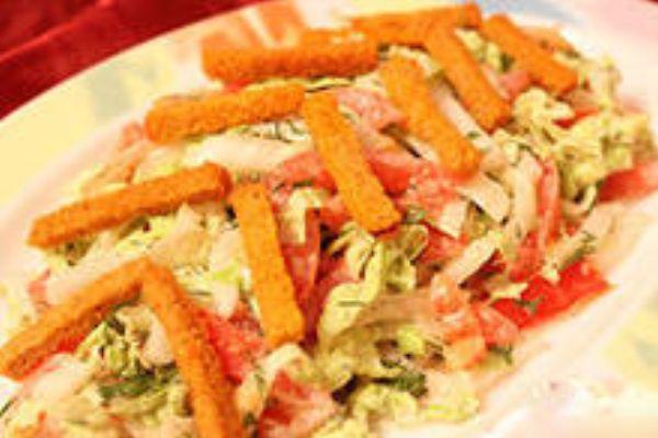 Салат из кириешек и колбасы