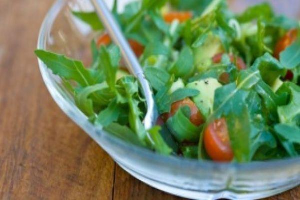 Салат овощной с руколой