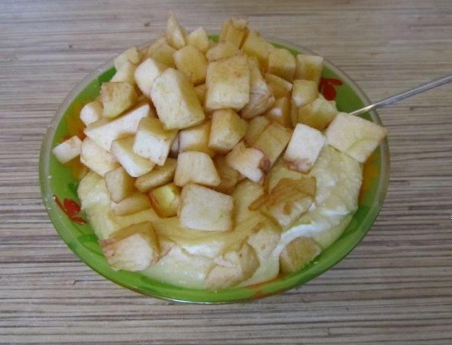 Смешать яблоки с тестом