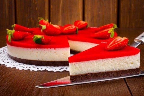 готовый йогуртовый торт с клубникой