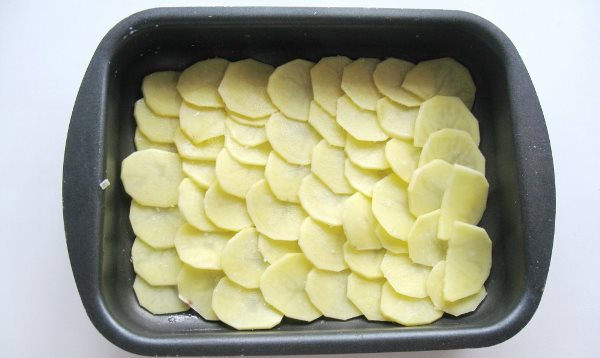 картофель кружочками выложить в форму