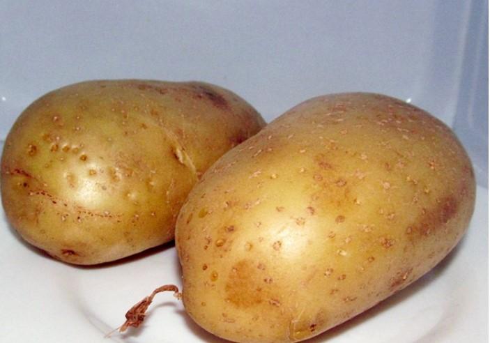 Положить картофель в микроволновку
