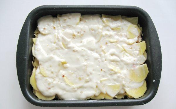 картофель залить молоком с яйцами