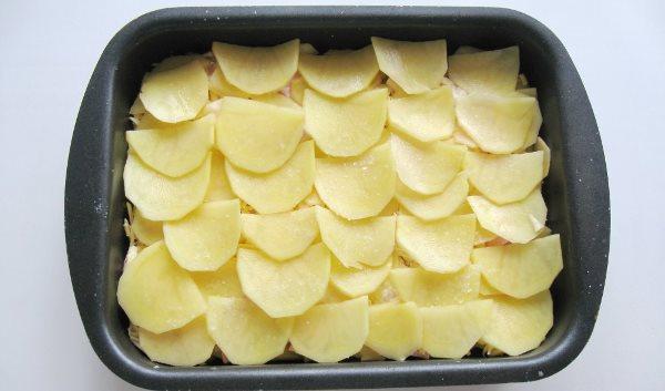 на слой фарша выложить картофель