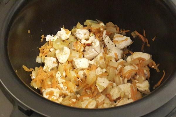 обжарить курицу с луком и морковью