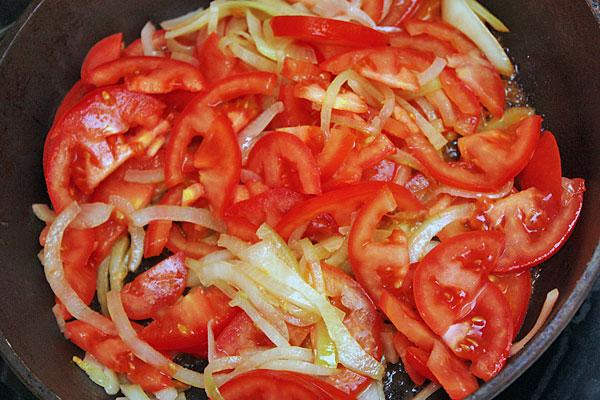 обжарить лук, перец и помидоры