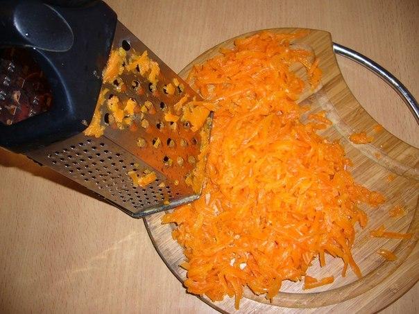 Натереть отварную морковь