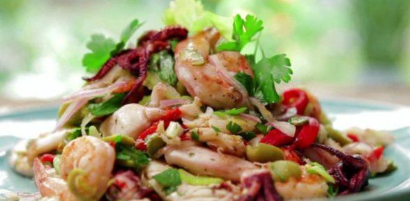 Салат с морепродуктами ассорти