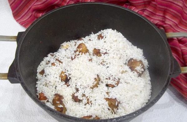 добавить рис к мясу