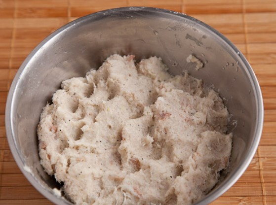Добавить тертый картофель
