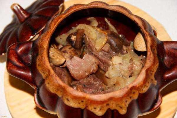 свинина с грибами в горшочках