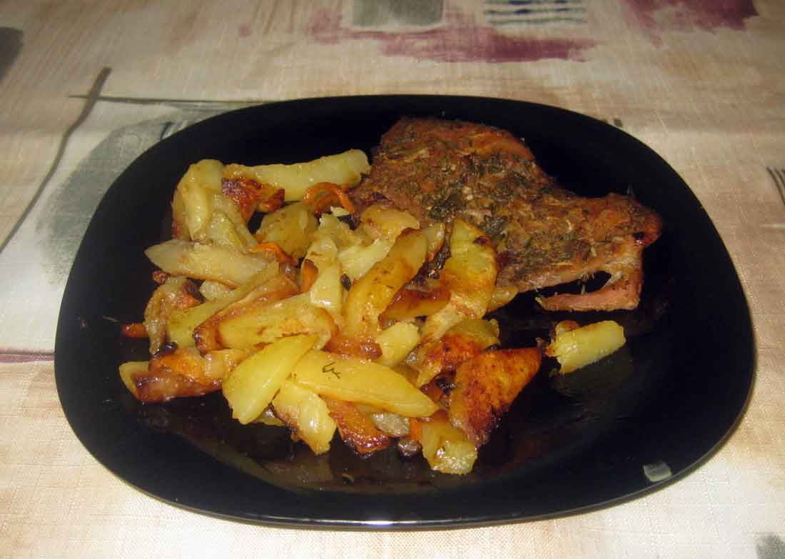 Жаркое из свинины и жареная картошка