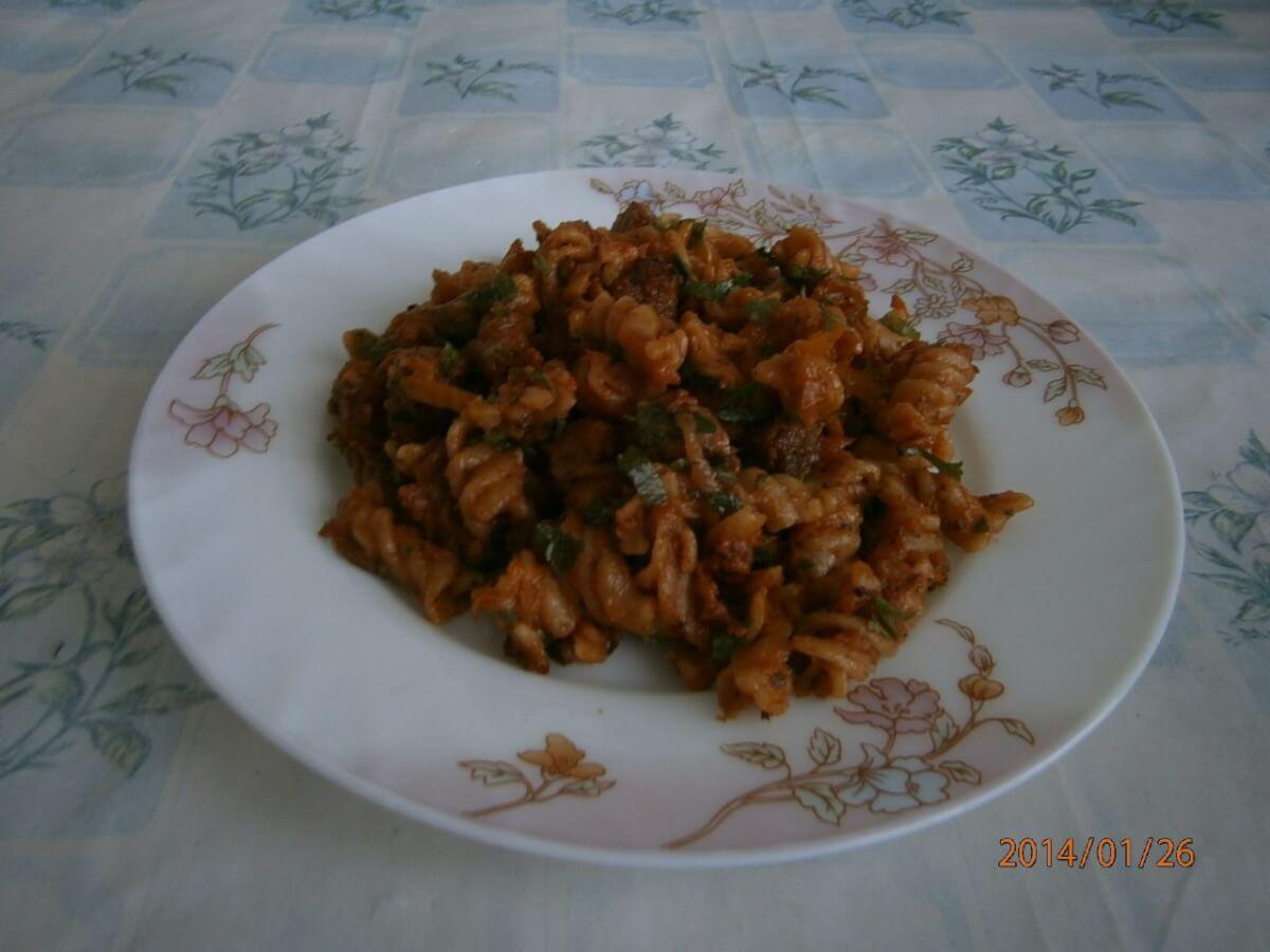 Макароны с мясом в томатном соке