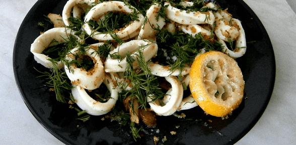 Кальмары по-итальянски с лимоном и пангрататтой.