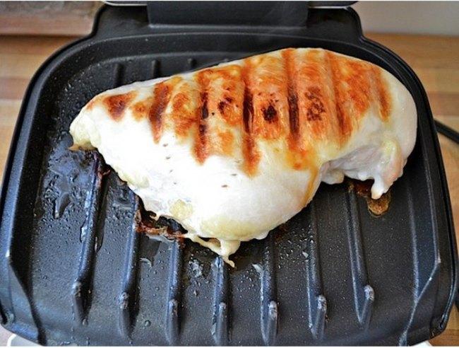 обжарить куриную грудку на сковороде