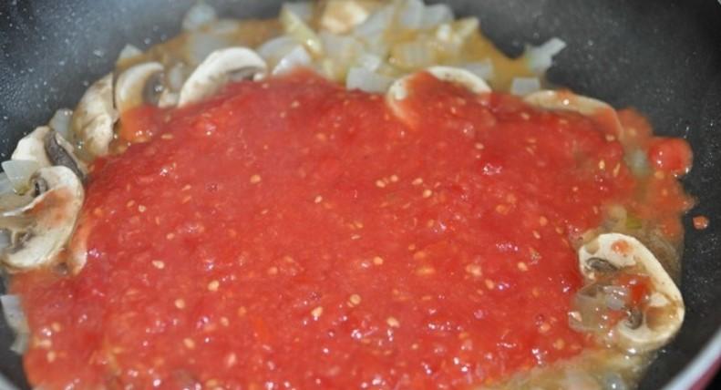 Добавить помидоры тертые