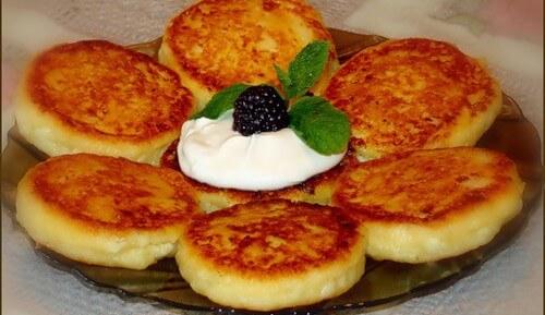 Как легко и быстро порадовать семью пышными сырниками из творога с манкой?