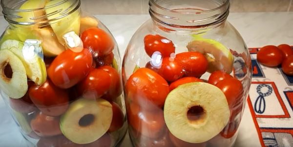 выложить помидоры и яблоки в банки