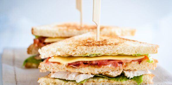 Вкусные сэндвичи для перекуса или пикника на природе