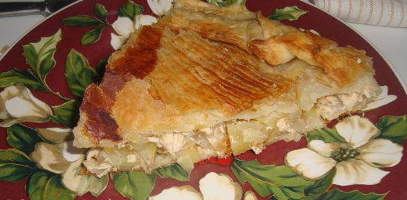 Домашний пирог из слоеного теста с курицей и картошкой