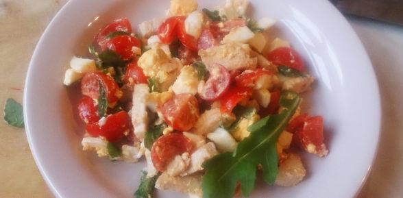 Вкусный и простой салат с рукколой и курицей