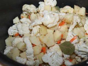 Фото смешанный картофель с цветной капустой в мультиварке