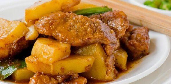 Как запечь мясо с картошкой в рукаве?