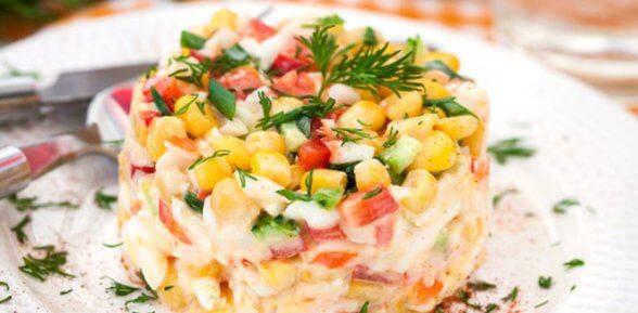 Классический рецепт салата с крабовыми палочками, кукурузой и рисом