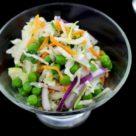 Простой и вкусный салат из капусты с зеленым горошком