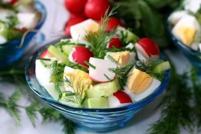 салат с редиской, яйцами и огурцом