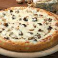 Пицца с шампиньонами и луком