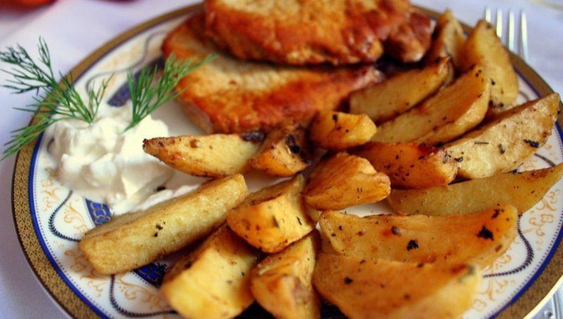 Как приготовить в духовке картофель по-деревенски: 4 простых рецепта