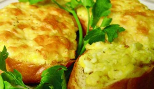 Горячий бутерброд с сыром и курицей