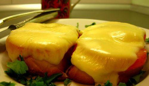 Горячие бутерброды с колбасой и плавленным сыром