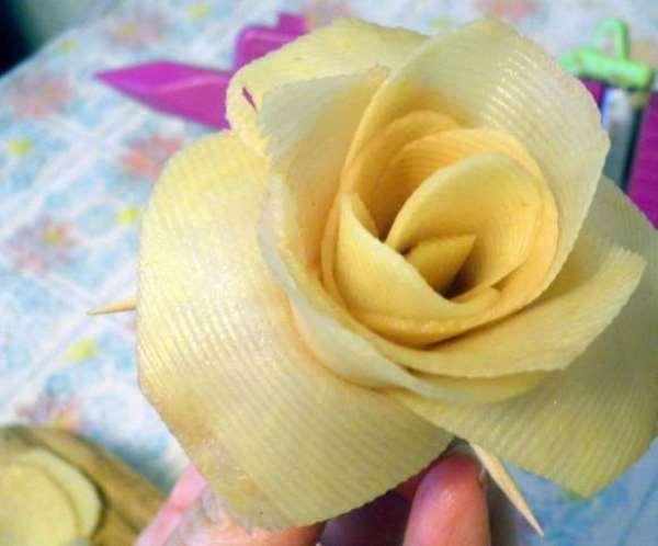 роза из сырого картофеля