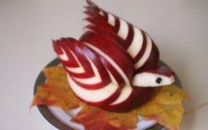 готовый лебедь из яблока