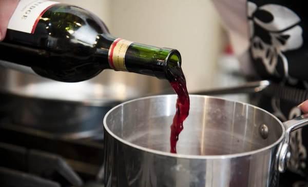 налить вино в кастрюлю