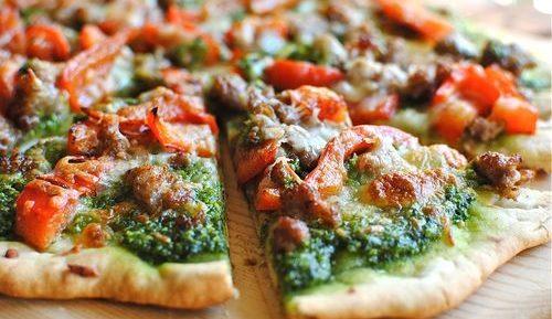 Пицца с колбасой, сыром и помидорами
