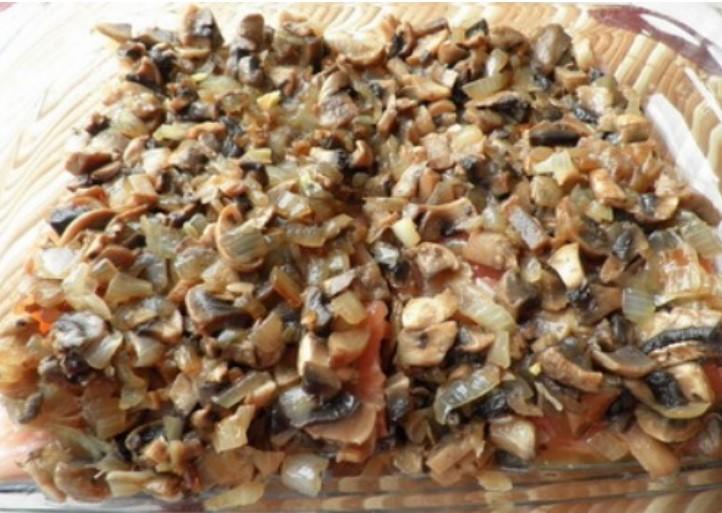 Выложить поверх рыбы грибы и лук