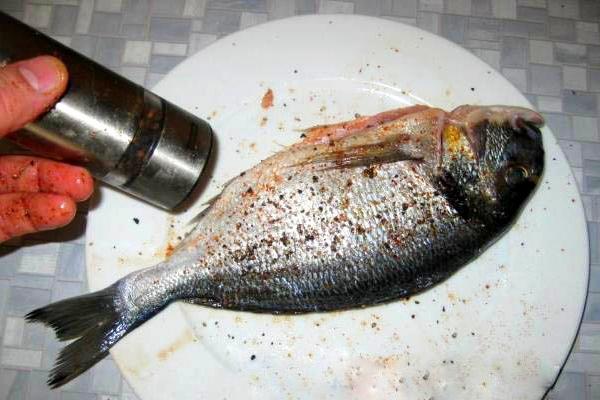 рыбу почистить, посолить и поперчить