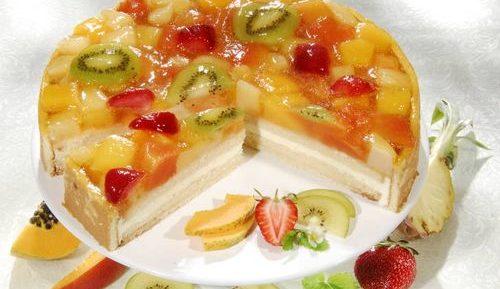 Торт с желе, фруктами и ягодами