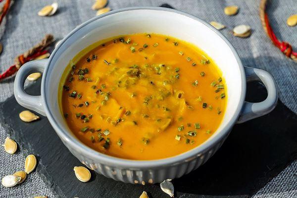 тыквенный суп в тарелке