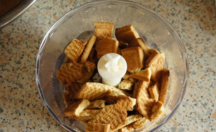 Измельчаем печенье для основы чизкейка