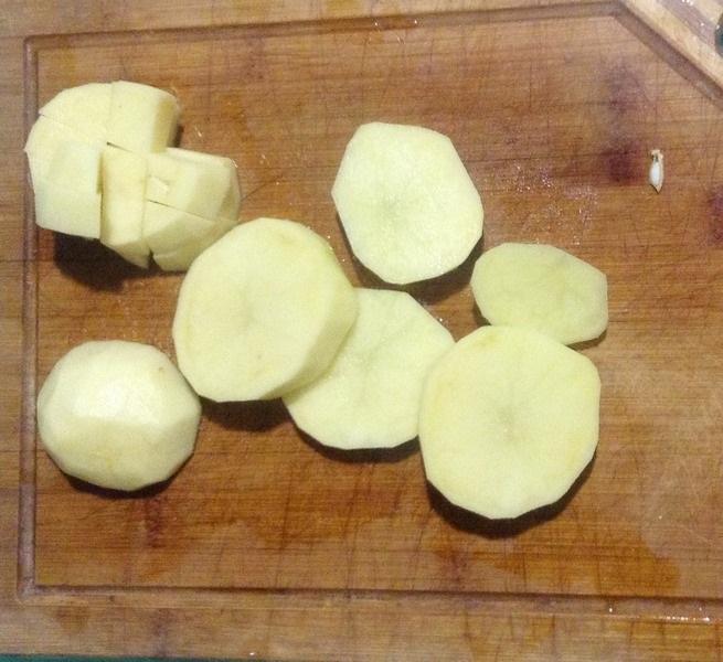 Режем картофель средними кубиками