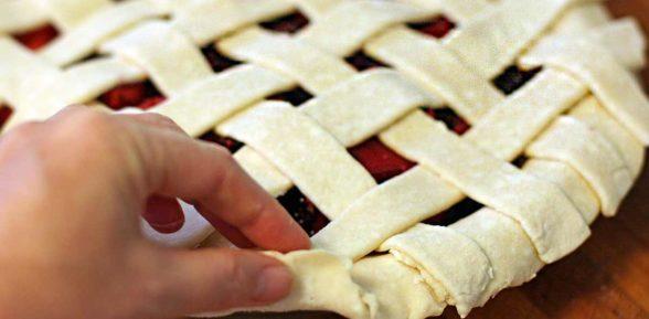 Как сделать плетение из теста на сладкой выпечке?