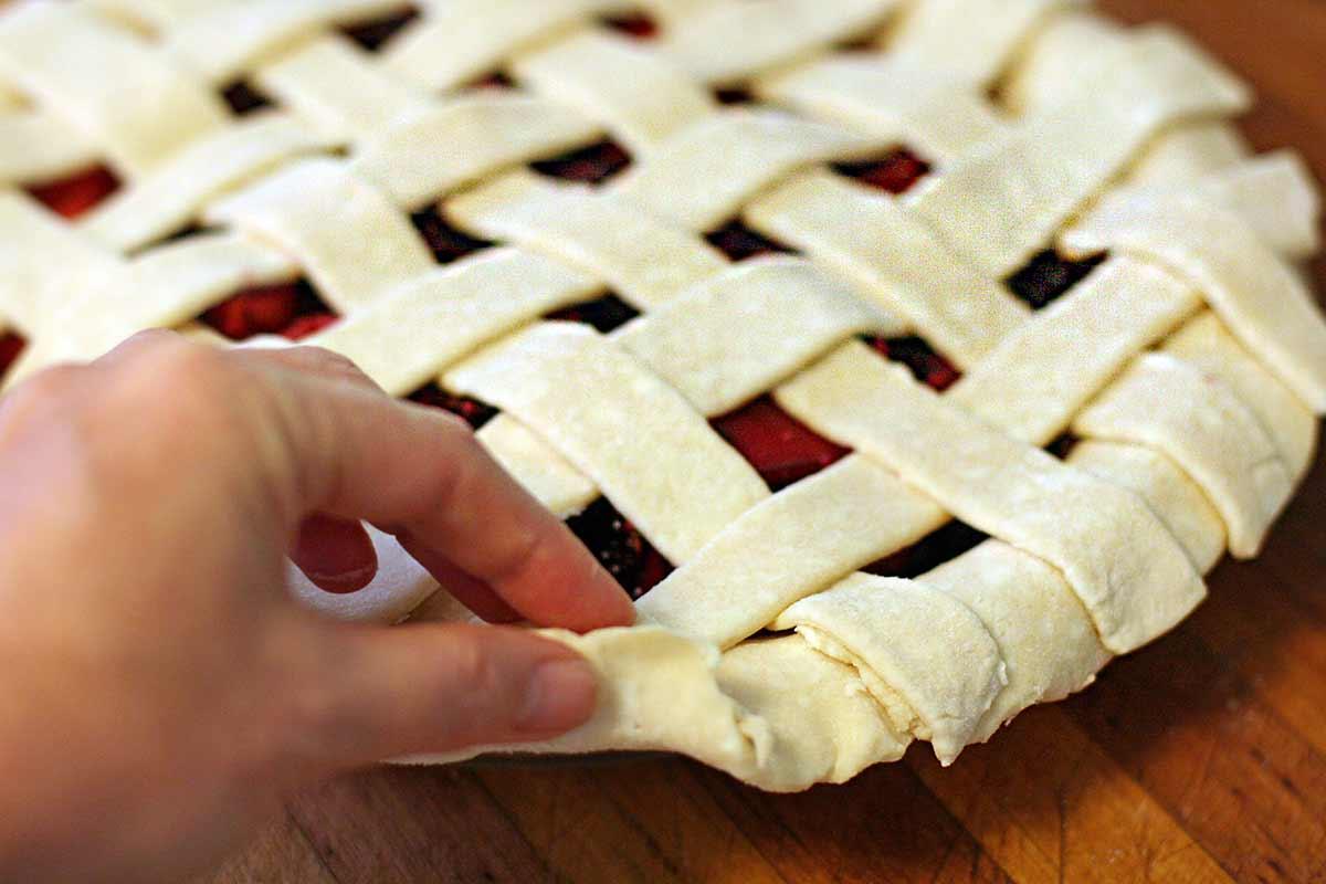 Как украсить пирог плетением