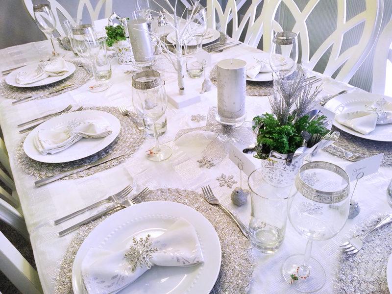 Сервировка стола на Новый год в белом цвете