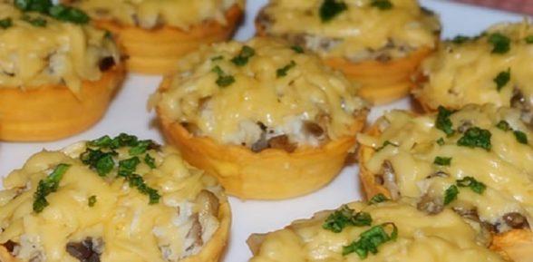 Куриный жюльен с грибами в тарталетках