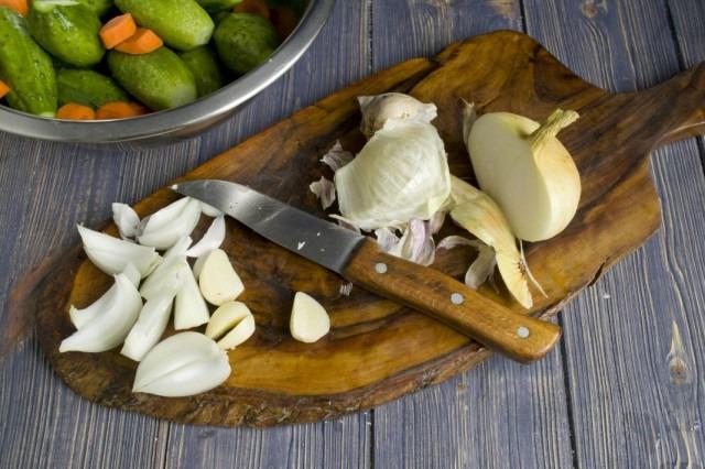 Нарезка лука и чеснока для маринованных огурцов