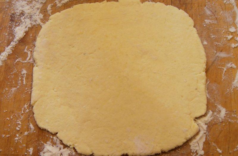 Раскатываем тесто для рулета